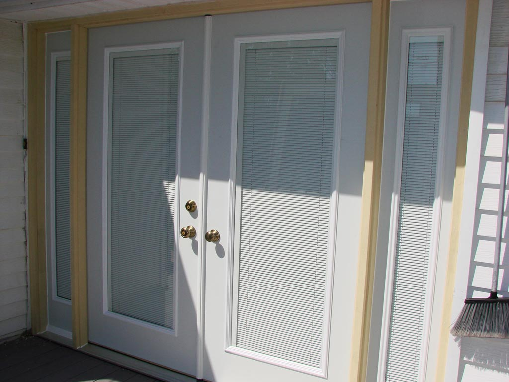 Mini blinds for doors with windows window treatments for Door window shades blinds